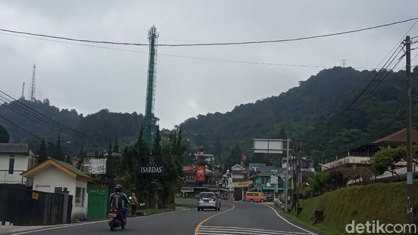 Hanya ada sedikit kendaraan yang melintas. Bahkan hanya sedikit kendaraan B yang masuk ke Cianjur. (Ismet Slamet/detikcom)