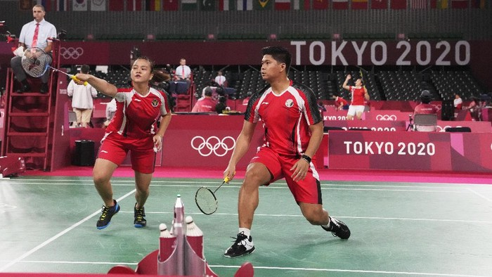 Indonesias Praveen Jordan, right, and Melati Daeva Oktavianti play against Australias Leung Simon Wing Hang and Gronya Somerville during their mixed doubles badminton matchat the 2020 Summer Olympics, Saturday, July 24, 2021, in Tokyo, Japan. (AP Photo/Markus Schreiber)