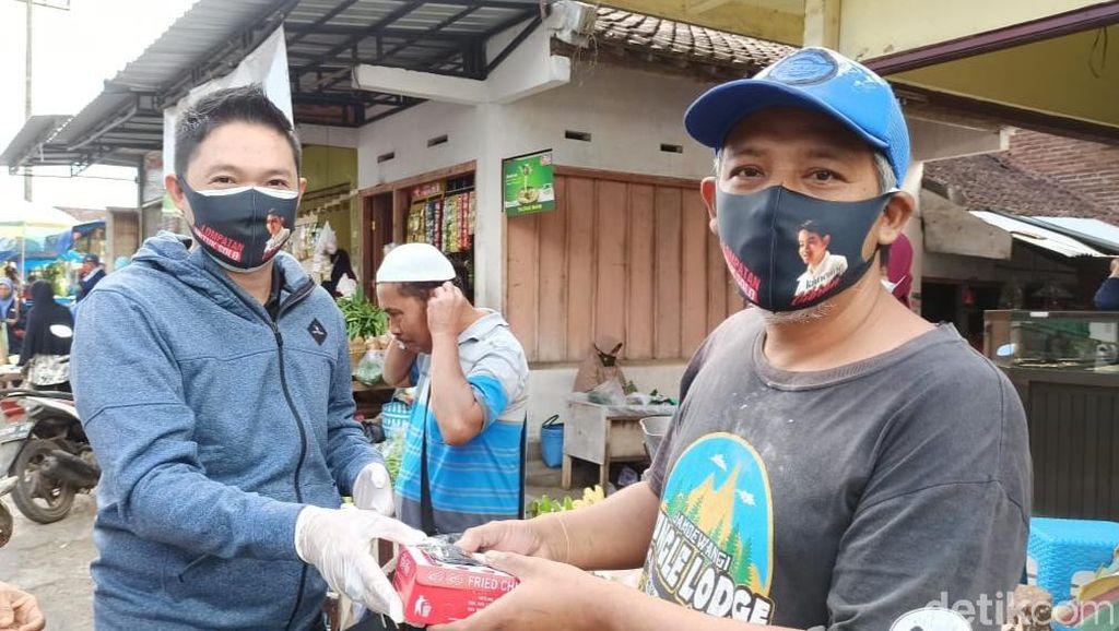 Relawan Jokowi-Gibran Bagikan 10 Ribu Masker dan Nasi Kotak di Banyuwangi