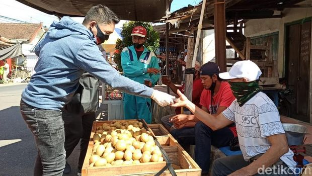 relawan jokowi-gibran bagi bantuan ke banyuwangi