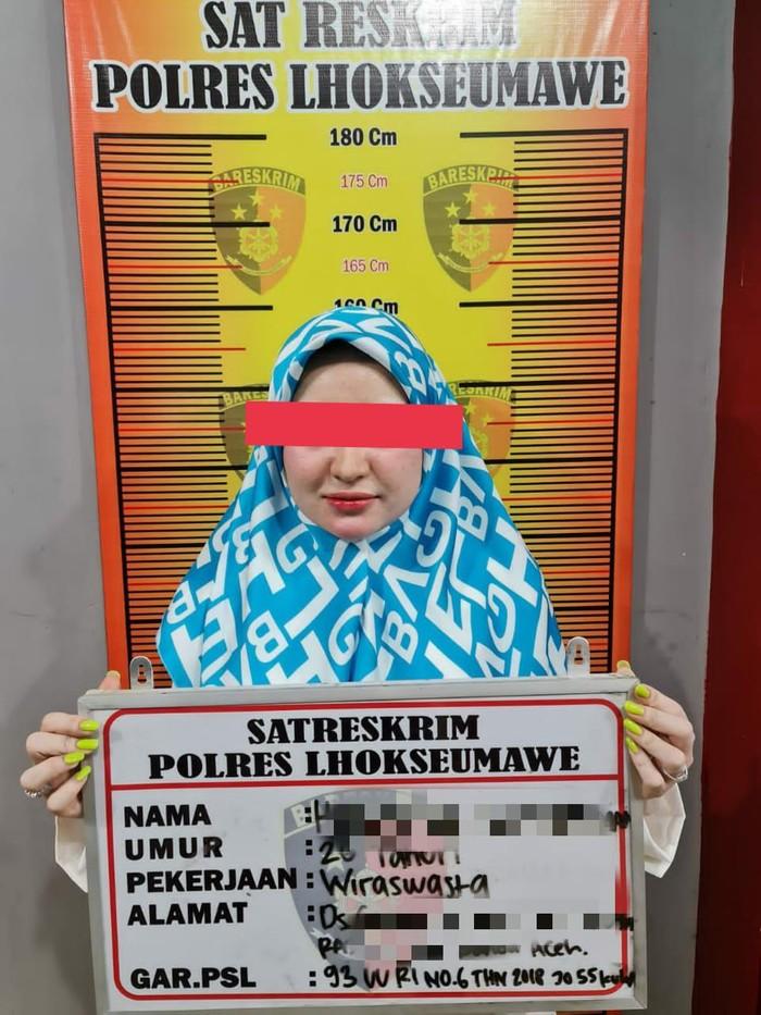 Selebgram Herlin Kenza saat diamankan polisi terkait kerumunan di Lhokseumawe Aceh (dok Istimewa)