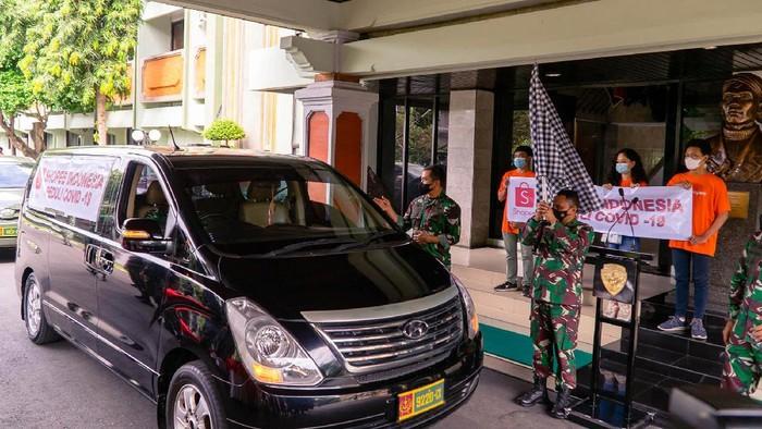 Dalam rangka membantu masyarakat yang terdampak pandemi COVID-19, Shopee bekerjasama dengan Kodam XI Udayana memberikan bantuan beras kepada warga di Bali pada Jumat (23/7).