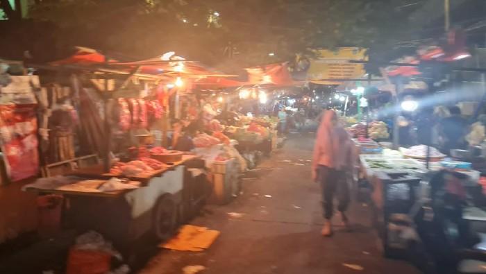 Suasana Pasar Kebayoran Lama Sabtu (24/7) dini hari