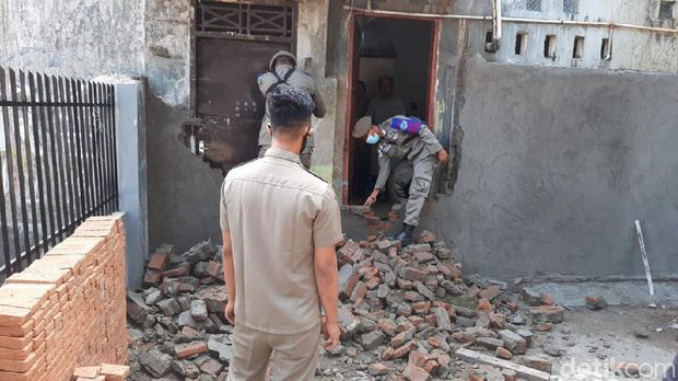 Tembok yang menutup pintu belakang rumah penghafal Al-Qur'an (tahfiz) di Makassar, Sulawesi Selatan (Sulsel) akhirnya dibongkar. (dok Istimewa)