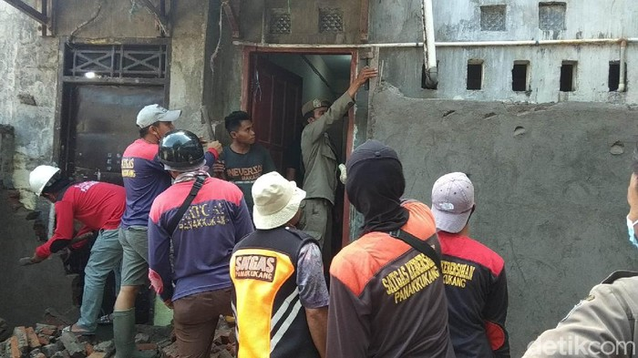 Tembok yang menutup pintu belakang rumah penghafal Al-Quran (tahfiz) di Makassar, Sulawesi Selatan (Sulsel) akhirnya dibongkar. (Taufiqurrahman/detikcom)