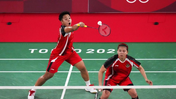 Indonesias Greysia Polii, and Apriyani Rahayu, front, play against Malaysias Chow Mei Kuan and Lee Meng Yean during their womens doubles badminton match at the 2020 Summer Olympics, Saturday, July 24, 2021, in Tokyo, Japan. (AP Photo/Markus Schreiber)