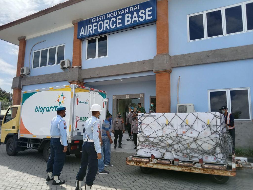 Vaksin AstraZeneca dari Pemerintah Jepang tiba di Bali. (Dok. Lanud Denpasar)