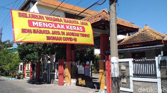 Warga Surabaya kembali menolak rencana penggunaan sekolah sebagai tempat isolasi mandiri pasien COVID-19. Kali ini penolakan datang dari warga Baratajaya, Gubeng.