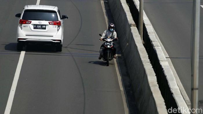 Seorang pemotor nekat melintas di JLNT Casablanca, Jakarta. Lebih berbahaya lagi, pemotor ini juga melawan arus.
