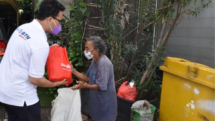 Banyak pihak ikut serta meringankan masyarakat kecil yang terdampak akibat pandemi Corona dan PPKM yang diberlakukan di Ibu Kota. Ini salah satunya.