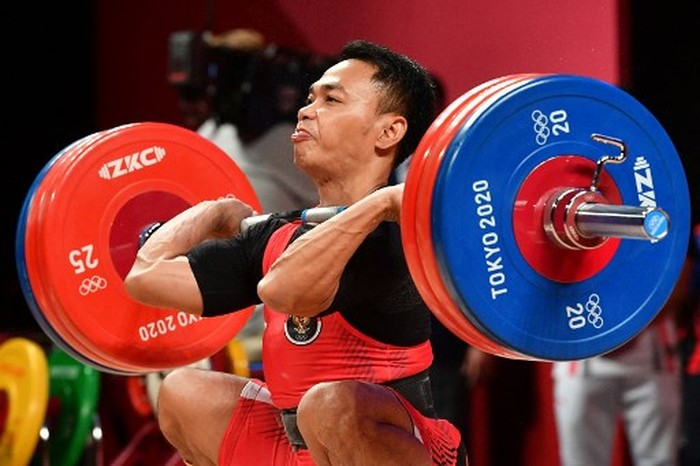 Indonesias Eko Yuli Irawan competes in the mens 61kg weightlifting competition during the Tokyo 2020 Olympic Games at the Tokyo International Forum in Tokyo on July 25, 2021. (Photo by Vincenzo PINTO / AFP)