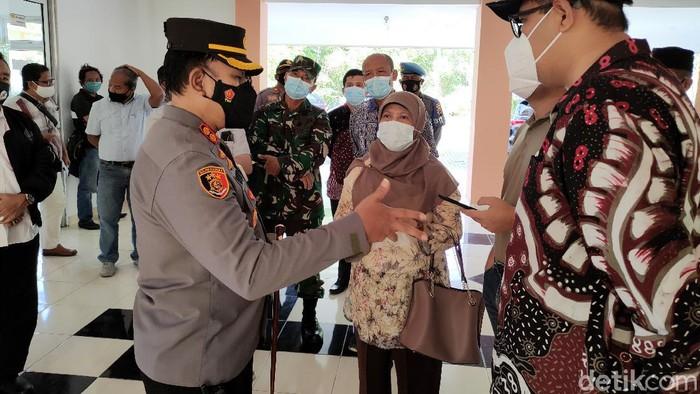 Jajaran Forkompinda Kulon Progo saat meninjau Rusunawa Giripeni, Wates, Kulon Progo, yang bakal jadi shelter isolasi terpusat COVID, Minggu (25/7/2021).