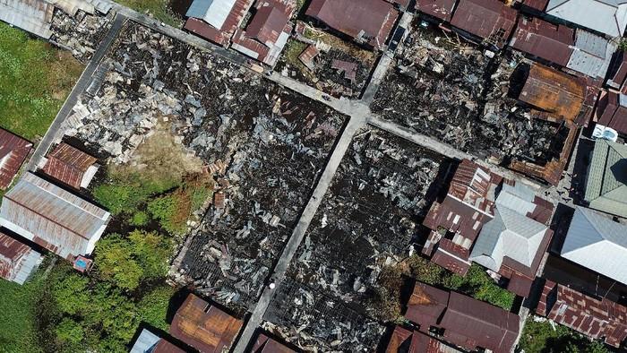 Foto udara kondisi rumah yang hangus terbakar di permukiman padat penduduk kawasan Jalan Mendawai, Palangkaraya, Kalimantan Tengah, Minggu (25/7/2021). Kebakaran yang terjadi pada Minggu (25/7) dini hari tersebut menghanguskan sebanyak 24 rumah, empat kendaraan bermotor dengan kerugian ditaksir mencapai Rp1 miliar, sementara penyebab kebakaran masih dalam penyelidikan. ANTARA FOTO/Makna Zaezar/rwa.