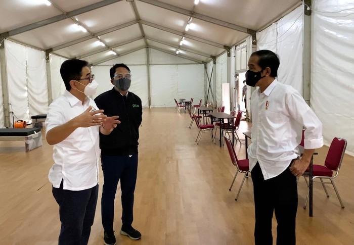 Ketua Umum KADIN Indonesia Arsjad Rasjid memaparkan konsep Rumah Oksigen Gotong Royong kepada Presiden Jokowi