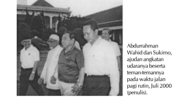 Marsdya TNI Sukirno menemani Gus Dur jalan-jalan pagi (Dok. Biografi Gus Dur Oleh Greg Barton)