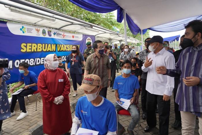 Menkop dan UKM, Teten Masduki meninjau Sentra Vaksin Untuk Pahlawan Ekonomi Digital Indonesia yang diselenggarakan Lazada bersama Good Doctor.