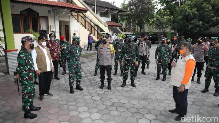 Panglima TNI Marsekal Hadi Tjahjanto bersama Ketua Satuan Tugas (Satgas) Penanganan COVID-19 Ganip Warsito meninjau Asrama Haji Sleman, Minggu (25/7/2021)