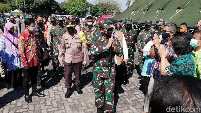 Panglima TNI Marsekal Hadi Tjahjanto meninjau isolasi dan vaksinasi COVID-19 di Asrama Haji Donohudan, Boyolali, Minggu (25/7/2021)