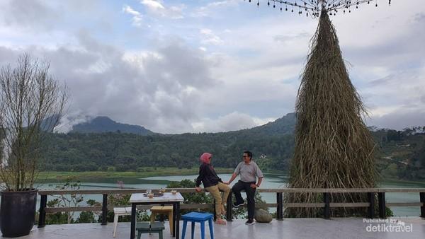 Panorama Danau Linow di sore hari