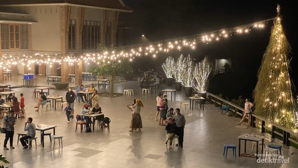 Suasana outdoor cafe di malam hari