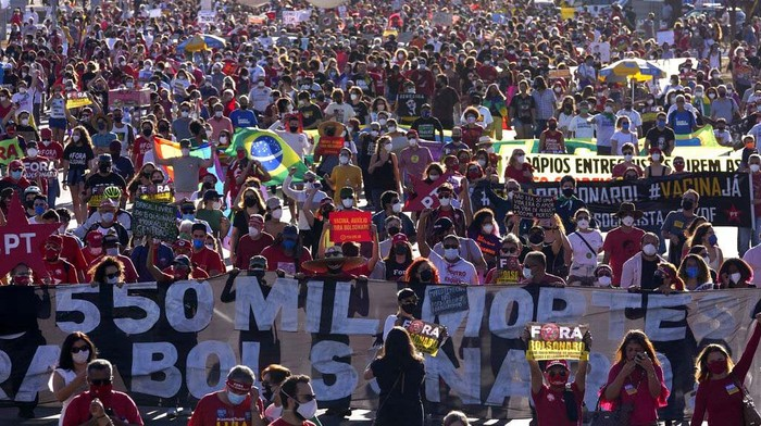Demonstrators protest demanding the impeachment of Brazilian President Jair Bolsonaro, at the Esplanade of Ministries in Brasilia, Brazil, Saturday, July 24, 2021. Activists called for nationwide demonstrations against Bolsonaro, to demand his impeachment amid allegations of potential corruption in the Health Ministry's purchase of COVID-19 vaccines and his handling of the pandemic. (AP Photo/Eraldo Peres)