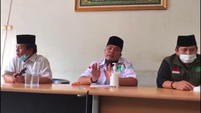 Sarmili (tengah) menjelaskan soal insiden bawa senpi di parkiran apartemen di Cengkareng, Jakbar, Sabtu (24/7/2021).