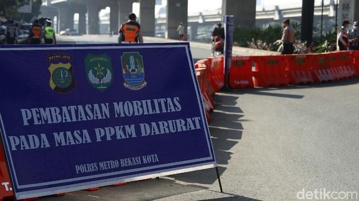 PPKM level 4 akan berakhir hari ini, Minggu (25/07/2021). Meski demikian, penyekatan tetap dilakukan secara ketat di Jalan Raya Kalimalang, Kota Bekasi.