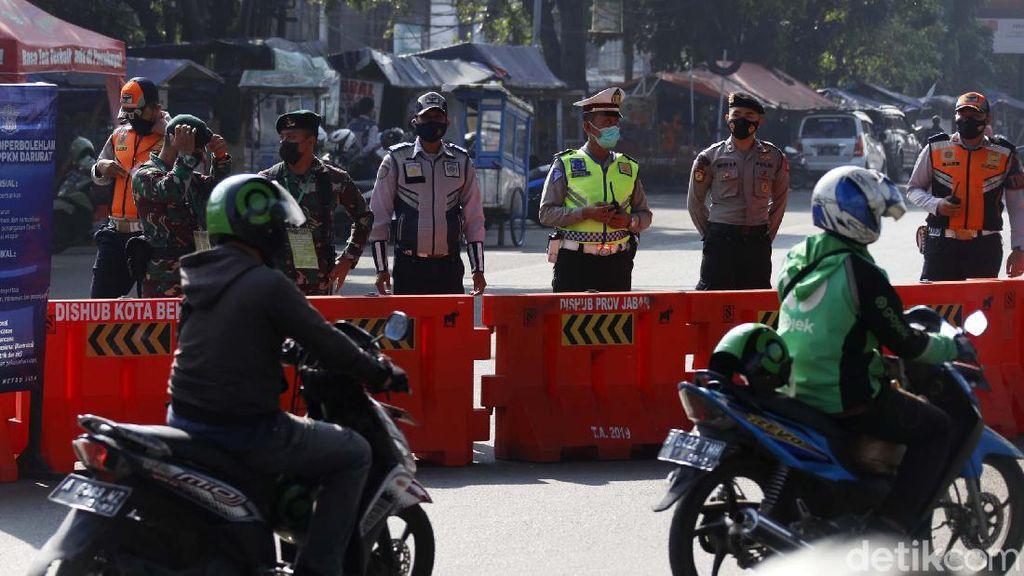 Suasana Penyekatan Hari Terakhir PPKM Level 4 di Kalimalang