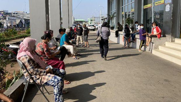 Suasana vaksinasi massal di Stasiun Duri
