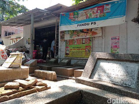 Terlihat sejumlah makam tepat berda di depan sebuah toko