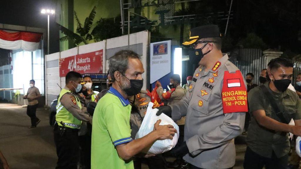 TNI-Polisi Gandeng Ormas Turun ke Jalan Salurkan Bansos di Jakpus