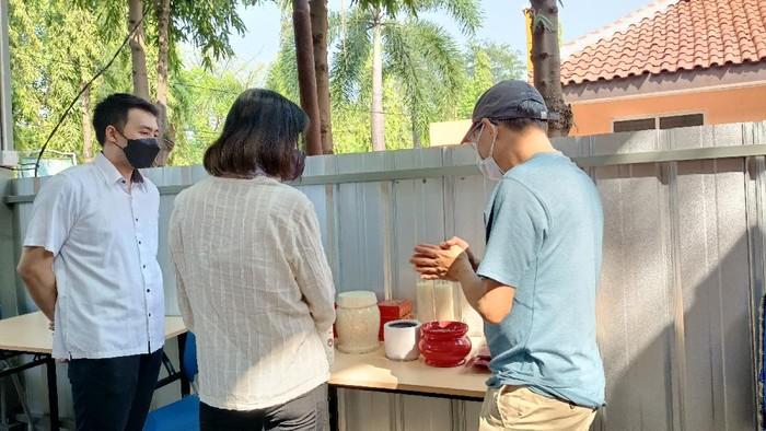 Salah satu keluarga dari Bogor memanfaatkan layanan kremasi gratis di TPU Tegal Alur, Jakarta Barat, Minggu (25/7/2021).