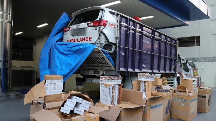 Truk pengangkut ambulans rusak yang diisi rokok ilegal di Kabupaten Tegal