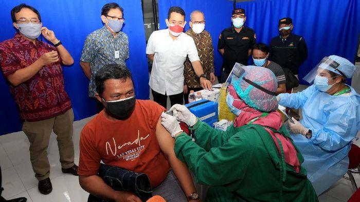 Vaksinasi massal terus digalakan untuk mencapai herd Immunity. Salah satunya dilakukan di sentra vaksinasi COVID-19 Perbarindo.