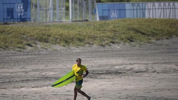 Pantai Tsurigasaki memang meruakan pantai favorit di Jepang untuk surfing. setidaknya 6 ribu orang datang ke antai ini untuk selancar. (AFP/OLIVIER MORIN)