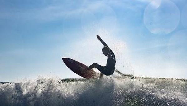 Pantai ini juga menjadi kawah candradimuka peselancar Jepang kelas dunia. Di antaranya, Hiroto Ohhara, surfer Jepang pertama yang memenangkan US Open dan Reo Inaba yang mewakili Jepang di Olimpiade 2020 ini. (AFP/OLIVIER MORIN)