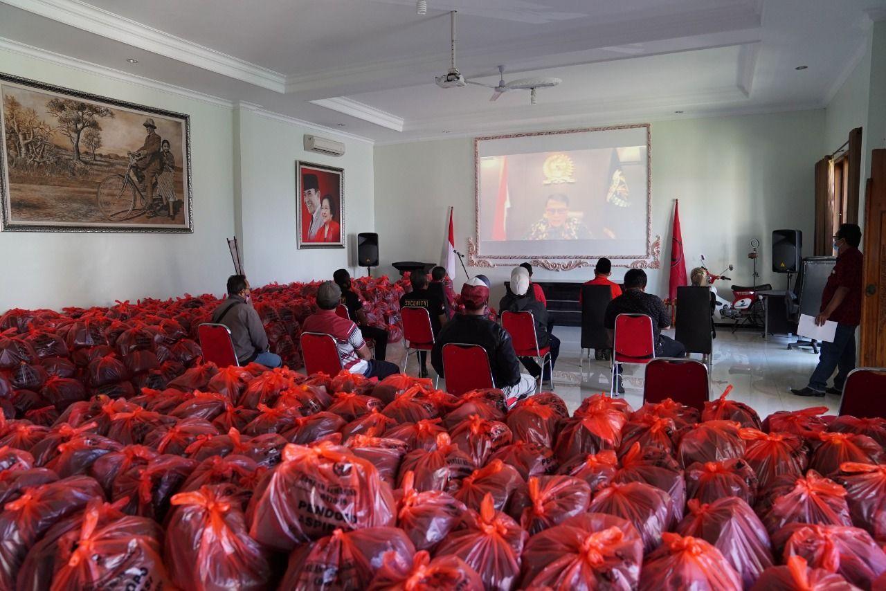 Wakil Ketua MPR RI Ahmad Basarah membagikan ribuan paket sembako kepada warga Malang Raya, Jawa Timur, yang terdampak pandemi COVID-19.