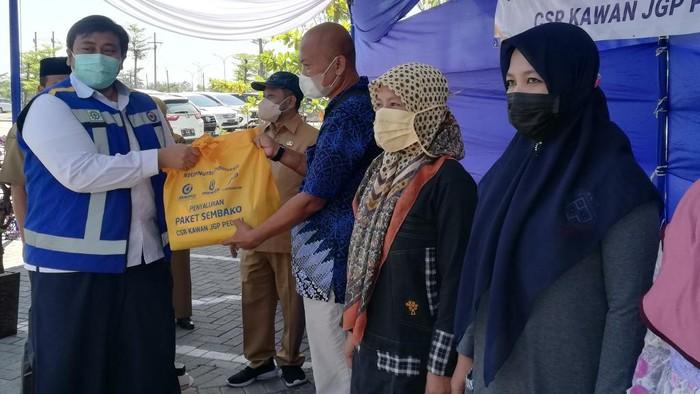 1.000 Paket Sembako Dibagikan ke Warga Kawasan Tol Gempol-Pasuruan