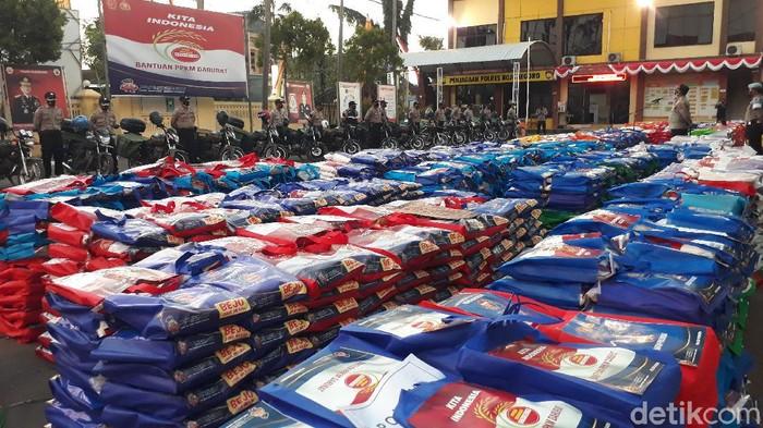 Hari ini, 5.600 paket beras dibagikan kepada warga terdampak pandemi COVID-19 di Bojonegoro.Terlebih mereka yang belum mendapatkan bantuan apa pun.