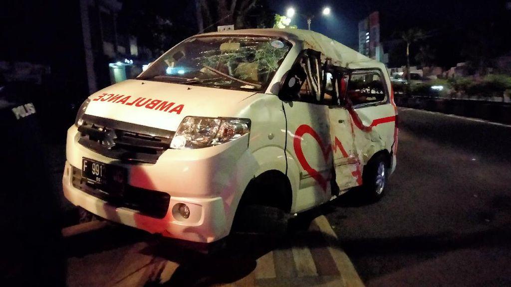 Ambulans di Cianjur Oleng Tabrak Pembatas Jalan, Sopir Luka-Mobil Rusak Parah