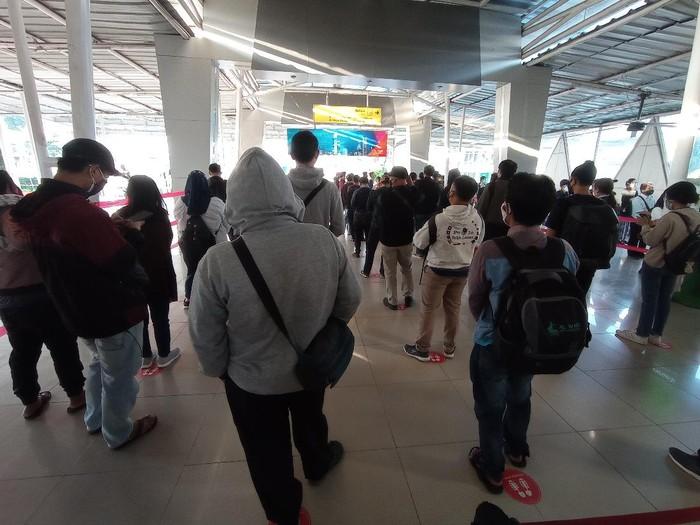 Antrean calon penumpang di Stasiun Bogor (Wilda-detikcom)