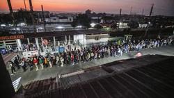 Antrean Penumpang KRL di Stasiun Bojonggede Mengular
