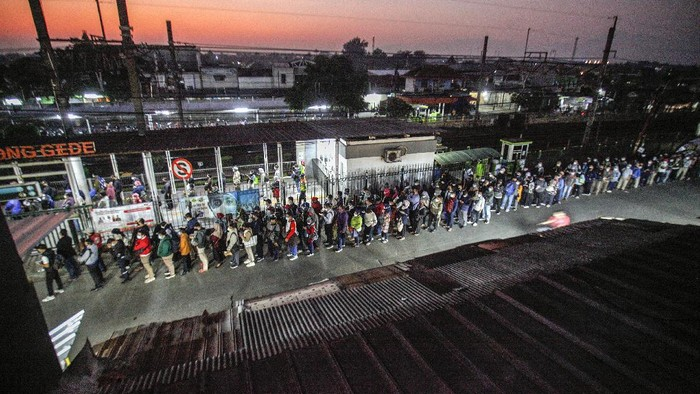 Antrean panjang penumpang KRL terlihat di Stasiun Bojonggede, Kabupaten Bogor. Berikut penampakannya.