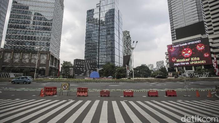 Suasana di Jalan Jenderal Sudirman saat Pemberlakuan Pembatasan Kegiatan Masyarakat (PPKM) di Jakarta, Rabu (21/7/2021). Pemerintah memperpanjang PPKM hingga 25 Juli dan akan melakukan pembukaan secara bertahap mulai 26 Juli 2021 jika tren kasus COVID-19 terus mengalami penurunan. ANTARA FOTO/Dhemas Reviyanto/hp.