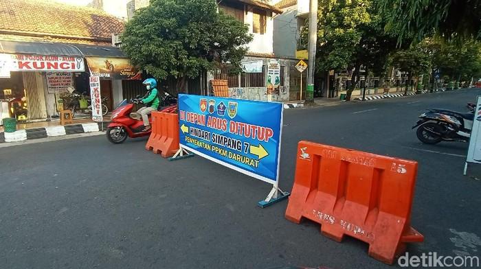 Arus lalu lintas menuju Simpang Tujuh Kudus, Senin (26/7/2021).