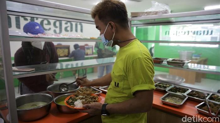 Meski PPKM diperpanjang ada sejumlah aturan yang dilonggarkan. Salah satunya memperbolehkan warung makan untuk buka dan layani makan di tempat selama 20 menit.