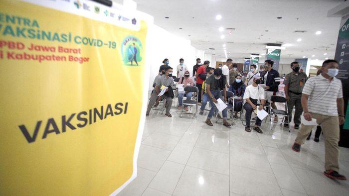 Pedagang pasar saat disuntikan vaksin COVID-19 di Cibinong Square, Kabupaten Bogor, Jawa Barat, Senin (26/7/2021). Wakil Menteri Kesehatan (Wamenkes) Dante Saksono mengatakan 94 persen kematian akibat COVID-19 terjadi karena belum divaksin, vaksinasi sejatinya memberikan respon imun yang baik bagi tubuh manusia. ANTARA FOTO/Yulius Satria WIijaya.