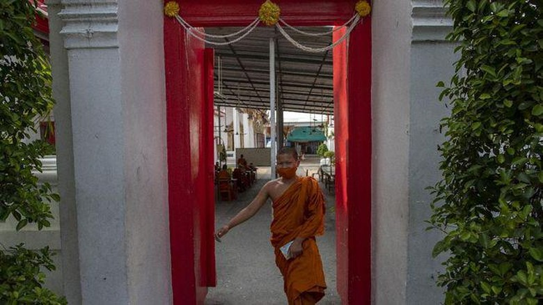 Biksu di kuil Thailand
