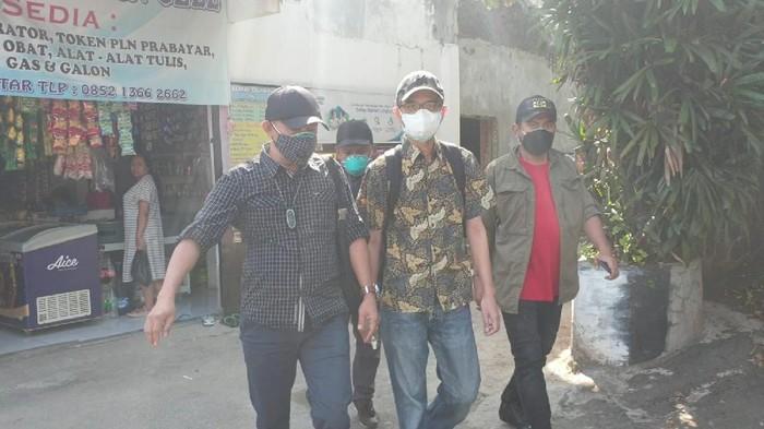 Buronan kasus penipuan, Teuku Meurah Hasrul (tengah)
