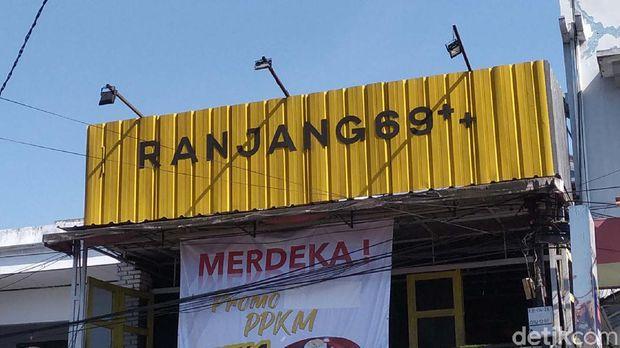 Warung ramen di Kabupaten Garut, Jabar bikin geger. Mereka memasang baliho promo beli satu gratis satu untuk semua orang, kecuali.... Presiden Jokowi.